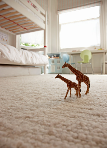 Surface Level「two toy giraffes on childrens bedroom floor」:スマホ壁紙(6)