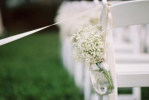 結婚「USA, Florida, Orange County, Winter Park, Close-up shot of bunch of baby's breath flowers in a mason jar and white ribbon attached to back of white chair」:スマホ壁紙(3)