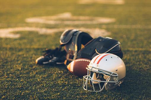 Competitive Sport「Silver Football Helmet on Field」:スマホ壁紙(16)