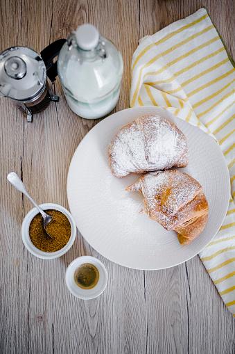French Press「Italian cornettos with powdered sugar on plate, French press」:スマホ壁紙(19)