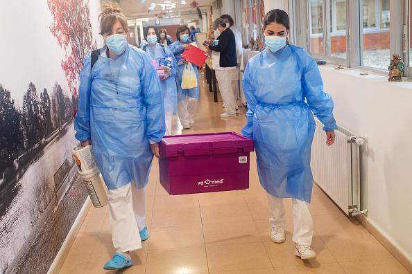 交通輸送「Spain's Seniors Receive First Batch Of Covid-19 Vaccines」:写真・画像(18)[壁紙.com]