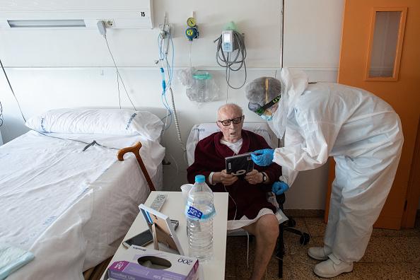 Assistance「Barcelona's Hospital Del Mar Expands ICU In Fight Against Coronavirus」:写真・画像(15)[壁紙.com]