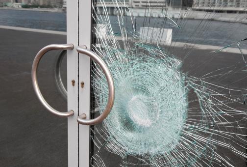 ひびが入ったガラス「プロークンビジネスのガラスドアウィンドウシャッター、公共物破壊」:スマホ壁紙(19)