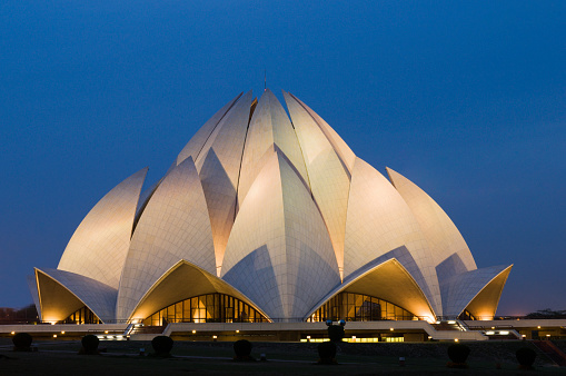 Water Lily「Bahai Lotus Temple in New Delhi in evening light. The temple shaped like a giant lotus flower was designed by Iranian-Canadian architect Fariburz Sahba in 1986a」:スマホ壁紙(3)
