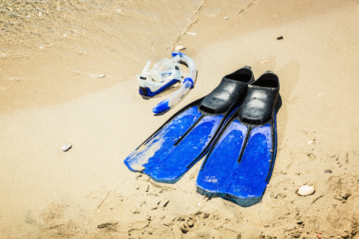 Aquatic Sport「Scuba diving mask and fins on sandy beach」:スマホ壁紙(6)
