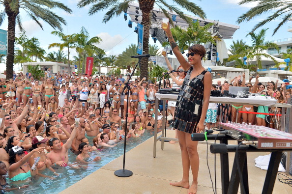 Gustavo Caballero「iHeartRadio Ultimate Pool Party Presented By VISIT FLORIDA At Fontainebleau's BleauLive - Pool Stage Show」:写真・画像(4)[壁紙.com]