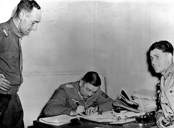 August「Nazi Surrender」:写真・画像(13)[壁紙.com]