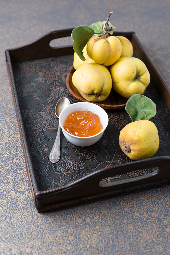 カリン「Wooden bowl of quinces and bowl of quince jelly on tray」:スマホ壁紙(13)