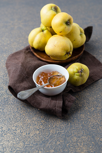 カリン「Wooden bowl of quinces and bowl of quince jelly」:スマホ壁紙(14)