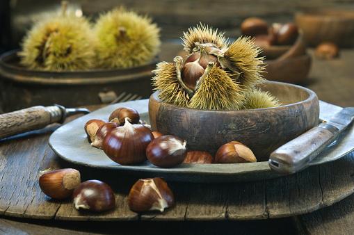 栗「Wooden bowl and plate with sweet chestnuts」:スマホ壁紙(3)