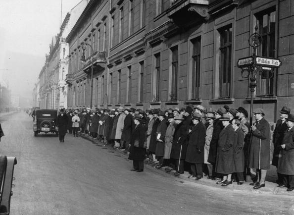 Weimar「Cabinet crisis, Weimar Republic. People are waiting in front of the Chancellery of the Reich, where the Reich President lives. Photograph. 1932.」:写真・画像(14)[壁紙.com]