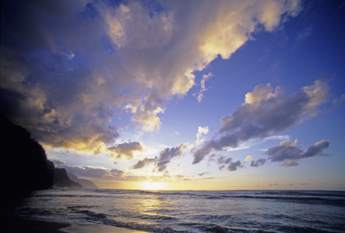 雲「Cloudy blue sky over ocean at sunset, view from tropical beach.」:スマホ壁紙(0)