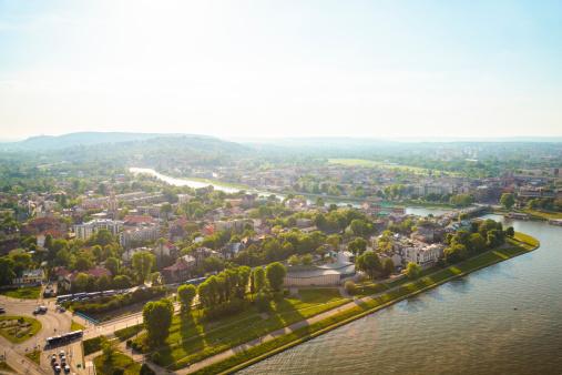 Unrecognizable Person「Krakow panorama with Vistula」:スマホ壁紙(4)