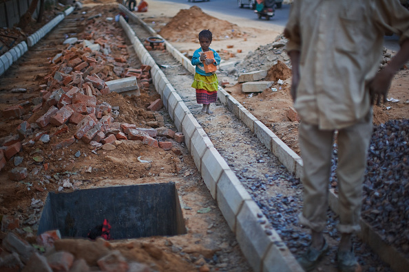 Delhi「Labour Force Work Under Difficult Conditions To Complete Commonwealth Games」:写真・画像(16)[壁紙.com]