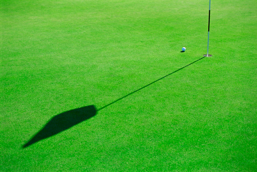 Putting - Golf「Putting green with ball and flag」:スマホ壁紙(16)