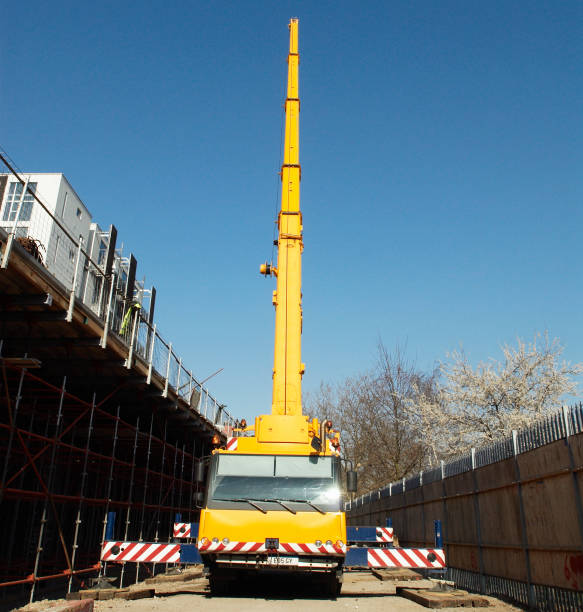 Hydraulic lifting crane working on the new East London train line, London, UK:ニュース(壁紙.com)