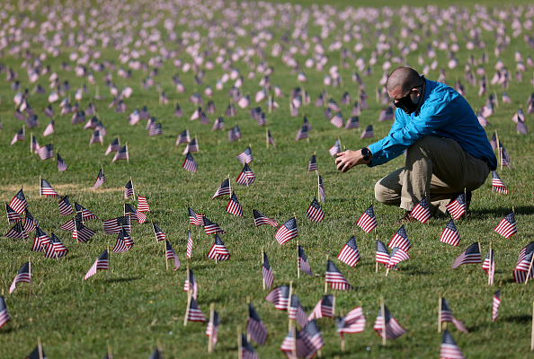 Death「200,000 American Flags Installed On National Mall To Memorialize 200,000 COVID-19 Deaths」:写真・画像(0)[壁紙.com]