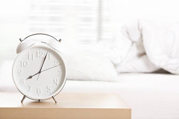目覚まし時計でベッドルームがございます。:スマホ壁紙(壁紙.com)
