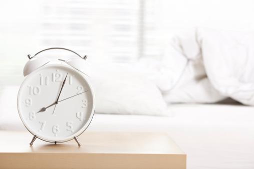 朝「目覚まし時計でベッドルームがございます。」:スマホ壁紙(8)