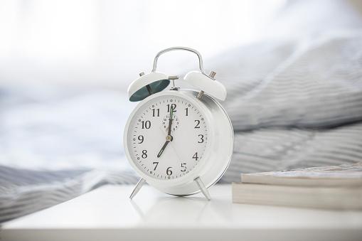 Alarm Clock「Alarm clock on bedside table」:スマホ壁紙(15)