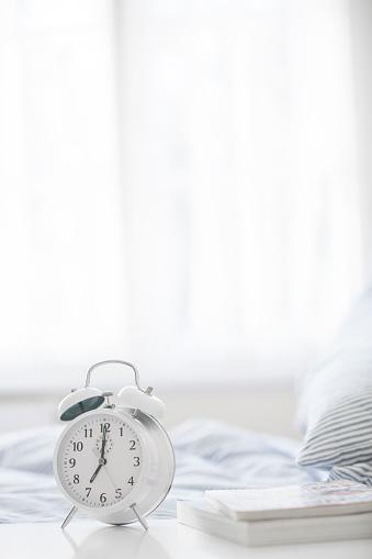 Vertical「Alarm clock on bedside table」:スマホ壁紙(14)