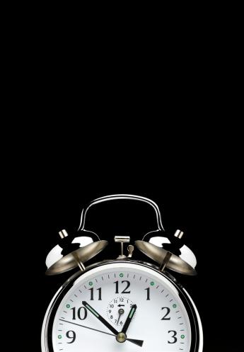 Bell「Alarm clock on black with copy space」:スマホ壁紙(15)