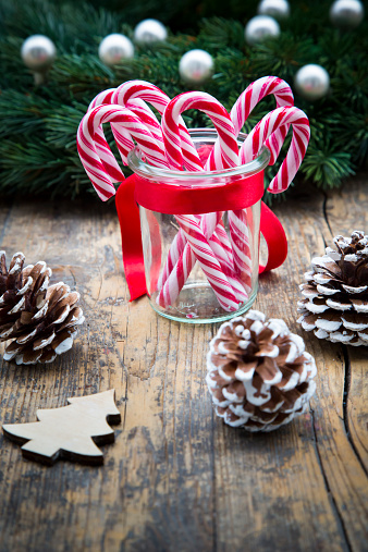 Candy Cane「Glass of sugar canes and fir cones on wood」:スマホ壁紙(10)