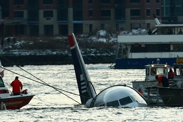 Airplane「US Airways Passenger Jet Crashes Into Hudson River By NYC」:写真・画像(15)[壁紙.com]