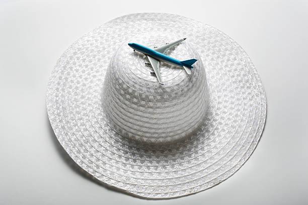 plane  is on the cap:スマホ壁紙(壁紙.com)