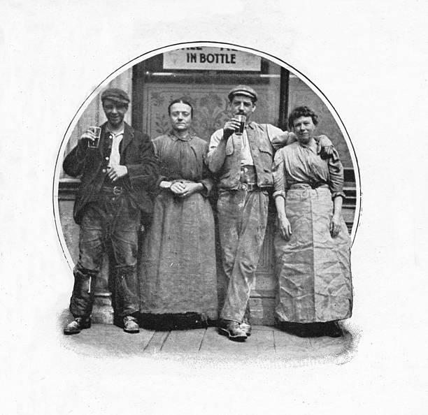 Outside a public house, London, c1903 (1903):ニュース(壁紙.com)