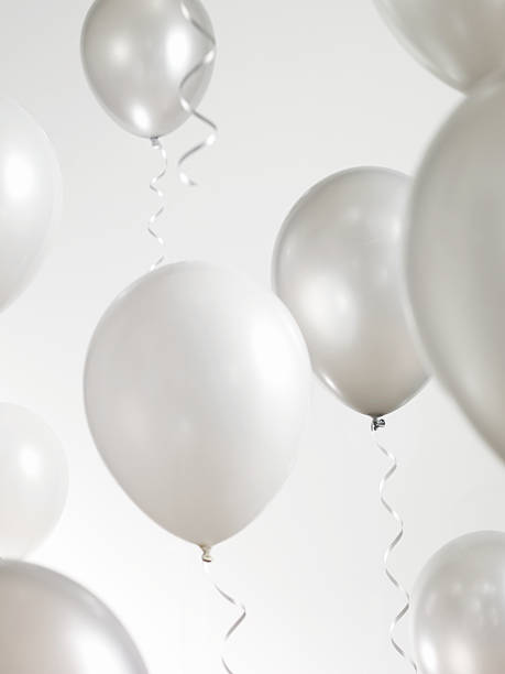 Silver and White Balloons with Streamers:スマホ壁紙(壁紙.com)