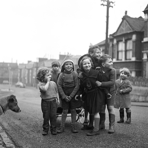Children Only「Children In A Residential Street Pose For A Group Photograph」:写真・画像(17)[壁紙.com]