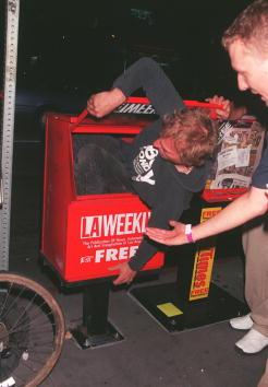 David Keeler「A random man squeezes into a newspaper vending machine...」:写真・画像(17)[壁紙.com]