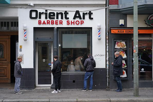 Waiting「Barber Shops And Hair Salons Reopen As Lockdown Measures Ease」:写真・画像(17)[壁紙.com]