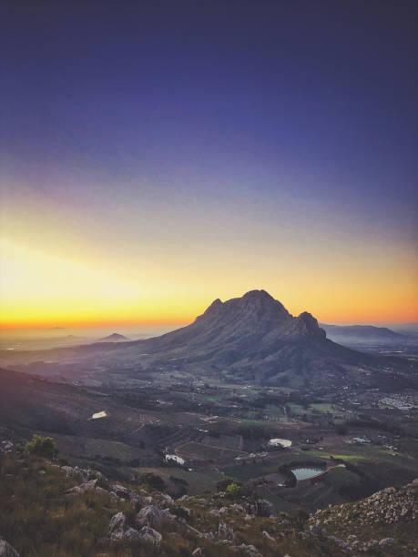 Dusk view over the Banghoek valley Paarl and Simonsberg:スマホ壁紙(壁紙.com)