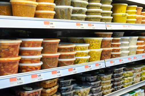 For Sale「Plastic containers of food on supermarket shelves」:スマホ壁紙(0)