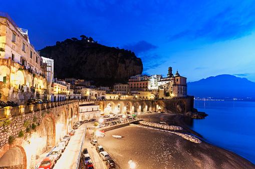 アマルフィ海岸「Italy, Campania, Atrani, Town on coastline at dusk」:スマホ壁紙(12)