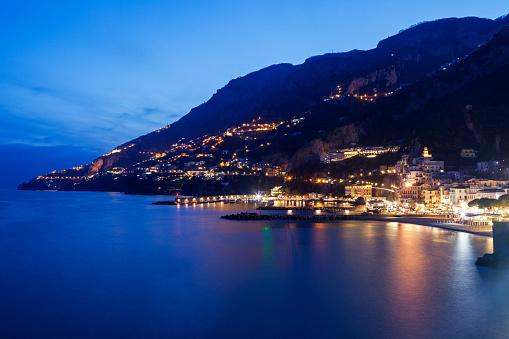 アマルフィ海岸「Italy, Campania, Amalfi, Coastal town at night」:スマホ壁紙(10)