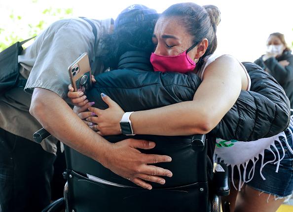 トピックス「Recovered Coronavirus Patient Reunites With Family After 5 Weeks In The Hospital」:写真・画像(13)[壁紙.com]