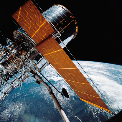 Hubble Space Telescope「April 25, 1990 - The Hubble Space Telescope backdropped by planet Earth.」:スマホ壁紙(6)