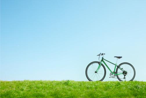 自転車「A green bicycle is in meadow. 」:スマホ壁紙(9)