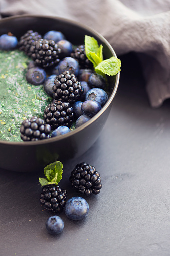 Detox「Healthy organic spirulina porridge topped with berries」:スマホ壁紙(18)