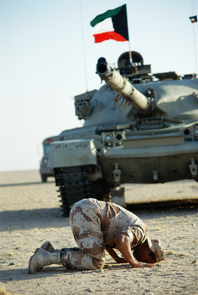 Dhahran「Kuwaiti soldier praying in front of tank. Dharan, Saudi Arabia 1990」:写真・画像(13)[壁紙.com]
