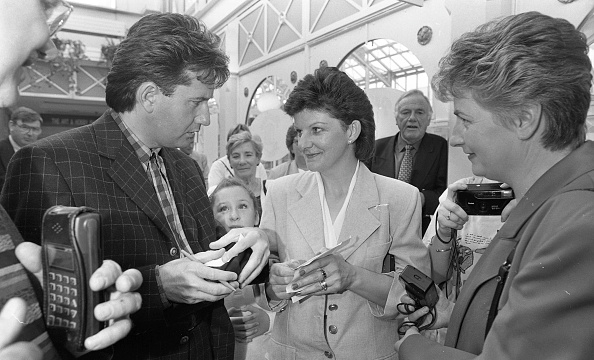 County Donegal「Daniel O'Donnell Opens the Donegal Shop in St Stephen's Green Shopping Centre 1996」:写真・画像(2)[壁紙.com]
