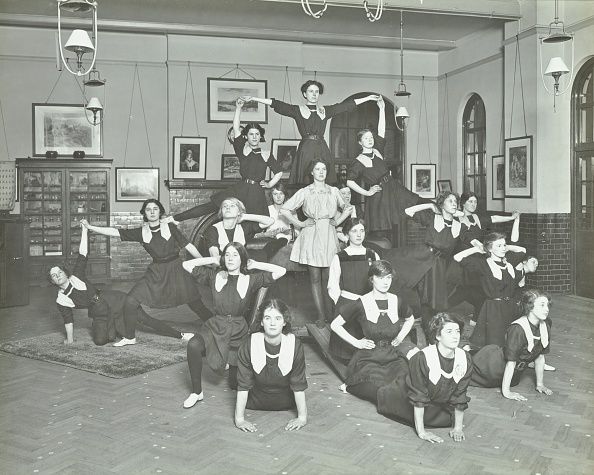 あん馬「Girls Posed In Tableaux, Sandhurst Road Evening Institute, London, 1914. Artist: Unknown.」:写真・画像(1)[壁紙.com]