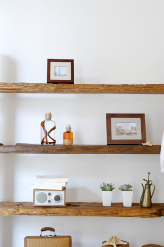 棚「Framed photographs, decorative jars and potted plants on natural wooden shelves」:スマホ壁紙(10)