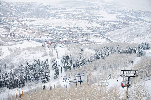 Skiers on a ski lift:スマホ壁紙(壁紙.com)