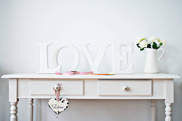 Love decorations, ribbon, roses and card on desk:スマホ壁紙(壁紙.com)