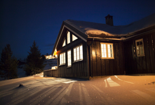 スキー「Wooden cabin in snow at night」:スマホ壁紙(15)