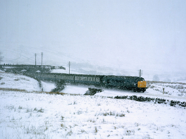 United Archives「Ais Gill Summit. Unidentified Class 45 with 11:50 ex Glasgow - Nottingham in a blizzard at the summit. 28.02.1981.」:写真・画像(12)[壁紙.com]